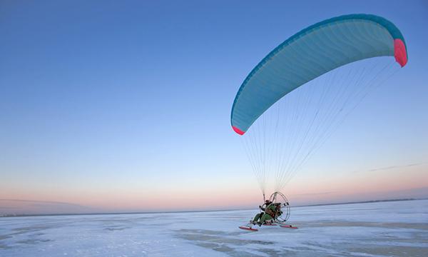 滑翔伞爱好者上演极地迅游
