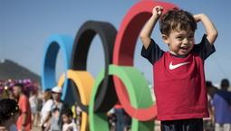 奥运五环成为里约海滩热门景观
