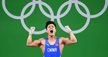 男子举重77公斤级:吕小军破抓举世界纪录