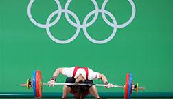 里约奥运会举重女子69公斤级:向艳梅头部撞到杠铃