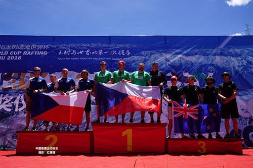 [组图]-玉树漂流世界杯启幕 首日赛事颁奖仪式