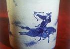 骑射纹青花瓷笔筒
