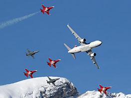 A320与六架战机特技飞行