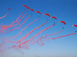 2018全国动力伞精英赛进行表演活