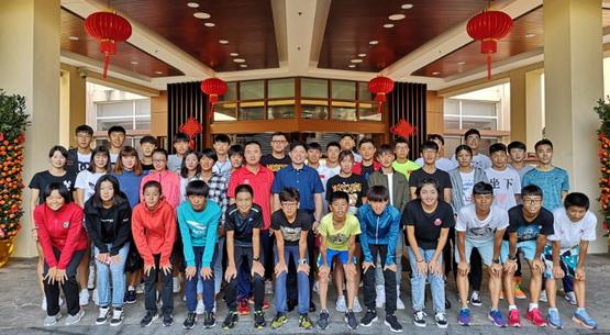 中国铁人三项队在训练中迎接新年