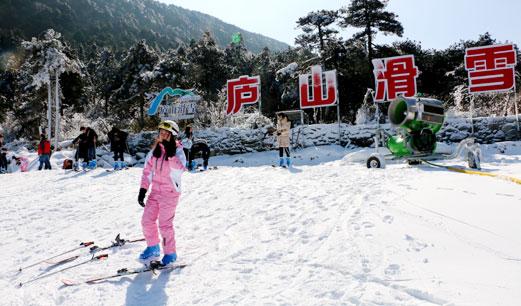庐山滑雪人潮涌 冰雪冷资源带热冬季旅游