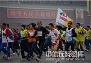 [组图]-2012北京国际马拉松赛在天安门广场鸣枪