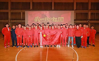 中国田径队投掷竞走队员观看《我和我的祖国》