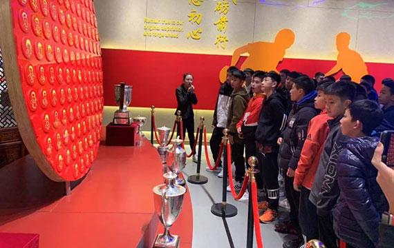 感受國球輝煌歷史!訓練營隊員參觀中國乒乓球運動成就展館