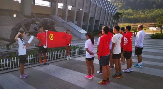 为国旗而战:国家铁人三项队重温入团誓词,纪念五四运动
