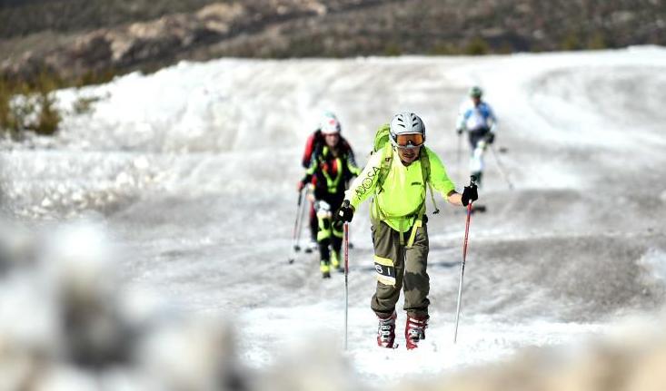 """多地滑雪場""""開板"""" 配套升級迎接新雪季"""