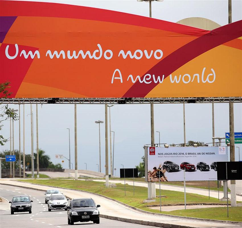 """图为7月7日在里约国际机场附近拍摄的印有多语种""""欢迎""""字样的彩旗。"""