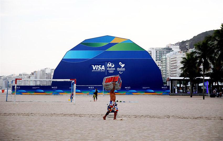图为7月8日拍摄的位于在里约科帕卡巴纳海滩上的奥运特许商店外景。
