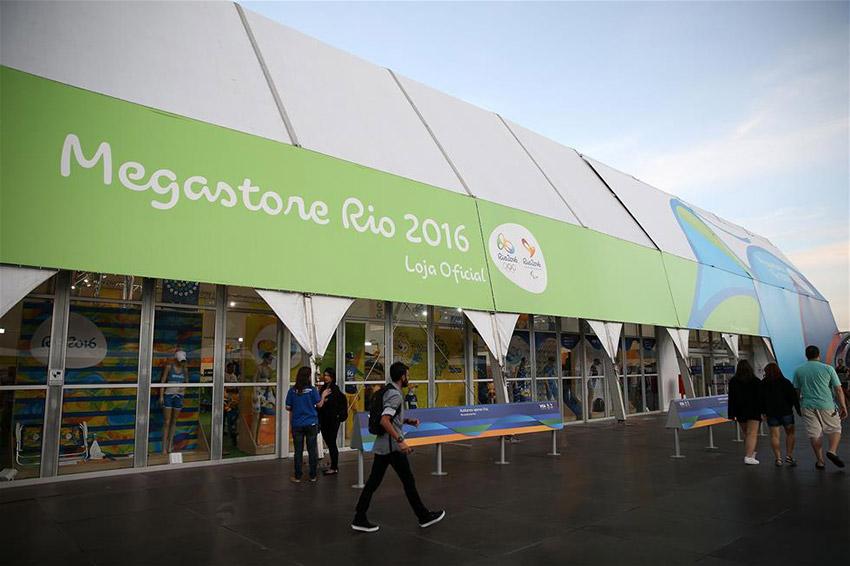 图为7月8日拍摄的连接里约科帕卡巴纳海滩附近一处隧道外的奥运景观装饰。