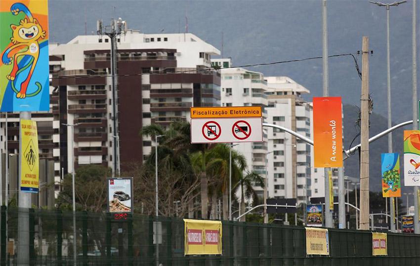 图为7月7日拍摄的巴哈奥林匹克公园附近街道的奥运景观装饰。