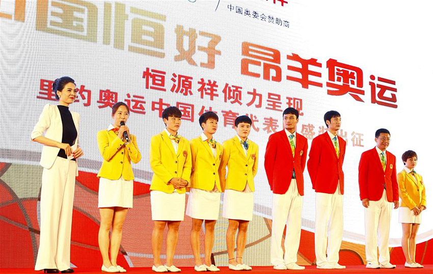 悉尼奥运会女子20公里竞走比赛冠军王丽萍(左二)在发布仪式上发言。