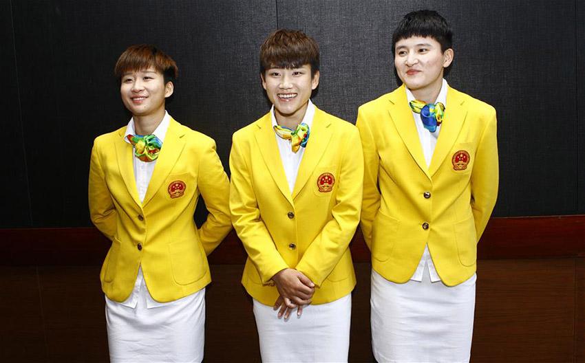 女足队员娄佳惠、庞丰月和王珊珊(从左到右)展示奥运礼服。