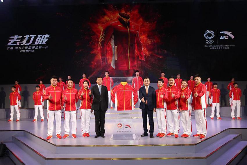 国家体育总局局长助理李颖川(前左四)、安踏董事局主席丁世忠(前右五)与奥运冠军郭晶晶(前左三)、吴静钰(前右四)等在发布仪式上。