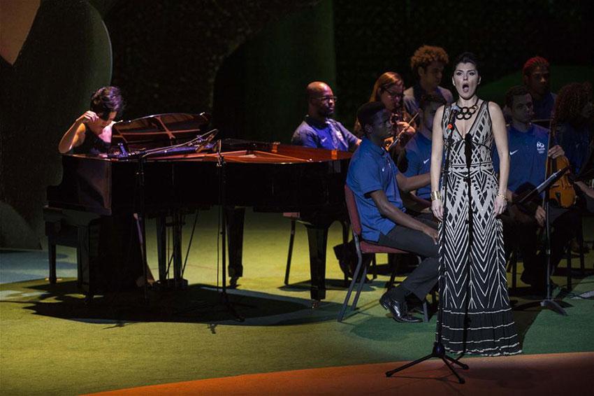 歌唱演员在开幕仪式上表演。