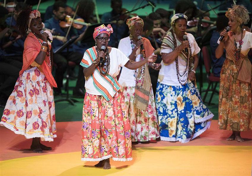 演员在开幕仪式上表演。