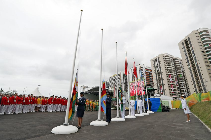中国代表团举行升旗仪式