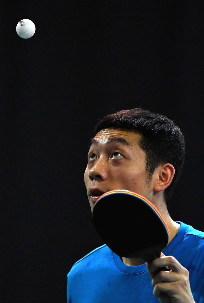 中国乒乓球队选手许昕在训练中发球