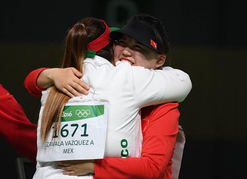 张梦雪(右)赛后与墨西哥选手萨瓦拉拥抱