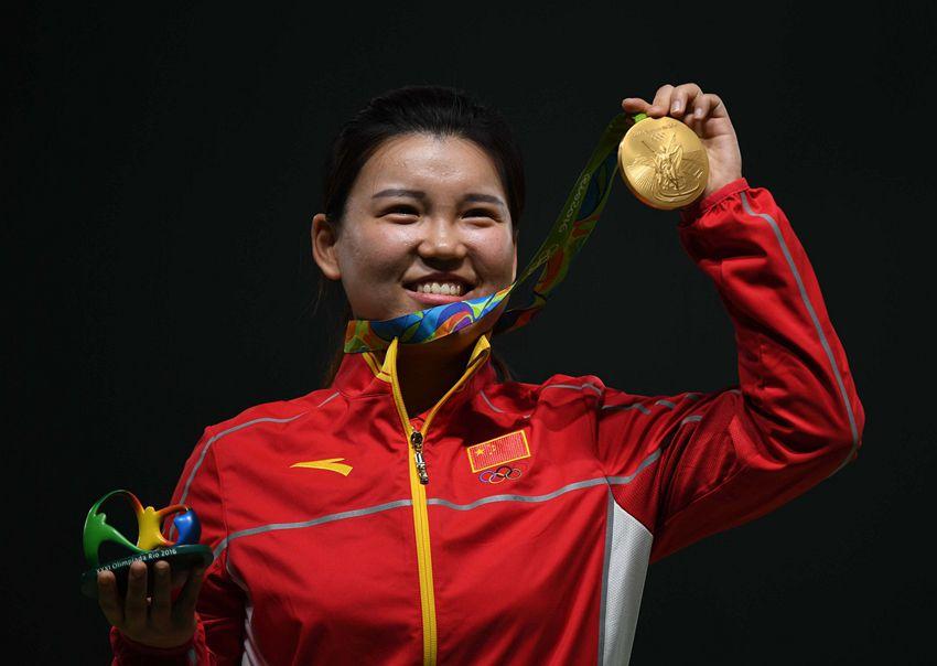 张梦雪在颁奖仪式上展示金牌