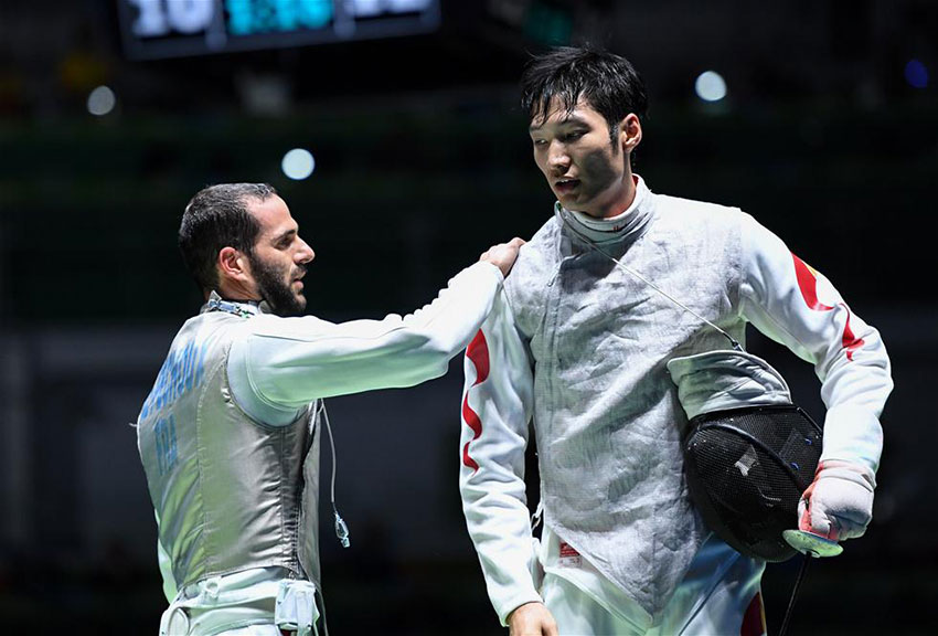 法国选手佩舒(左)在比赛后安慰中国选手雷声(右) 新华社记者刘大伟摄