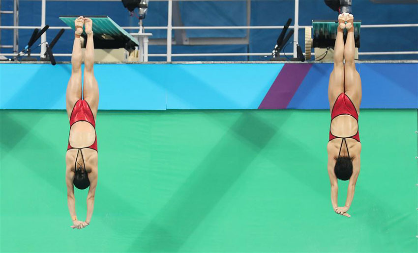 吴敏霞(左)和施廷懋在比赛中。 新华社记者曹灿摄