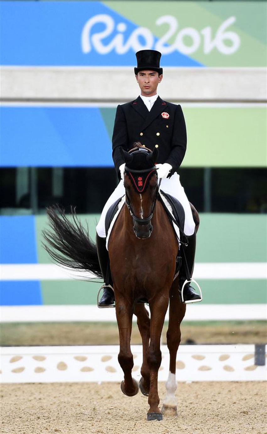 中国骑手华天在马术个人三项赛盛装舞步比赛中