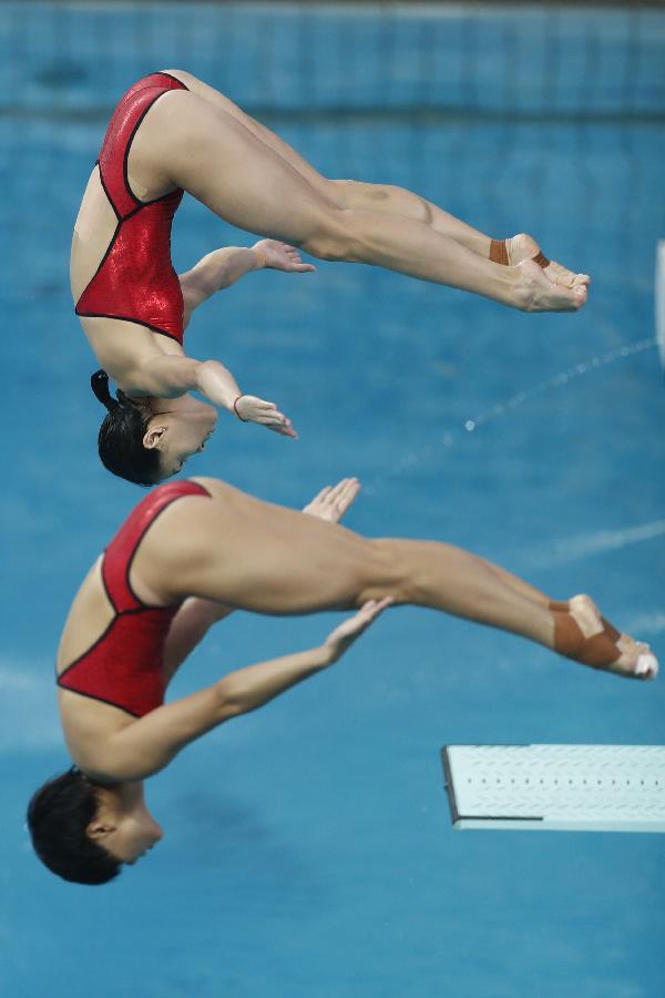 吴敏霞(上)和施廷懋在决赛中。 新华社记者费茂华摄