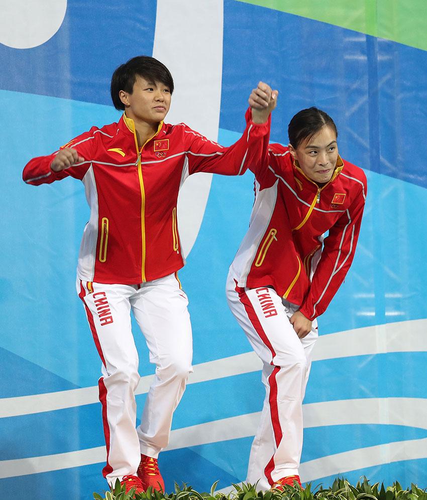 吴敏霞(右)和施廷懋在颁奖仪式上。 新华社记者曹灿摄