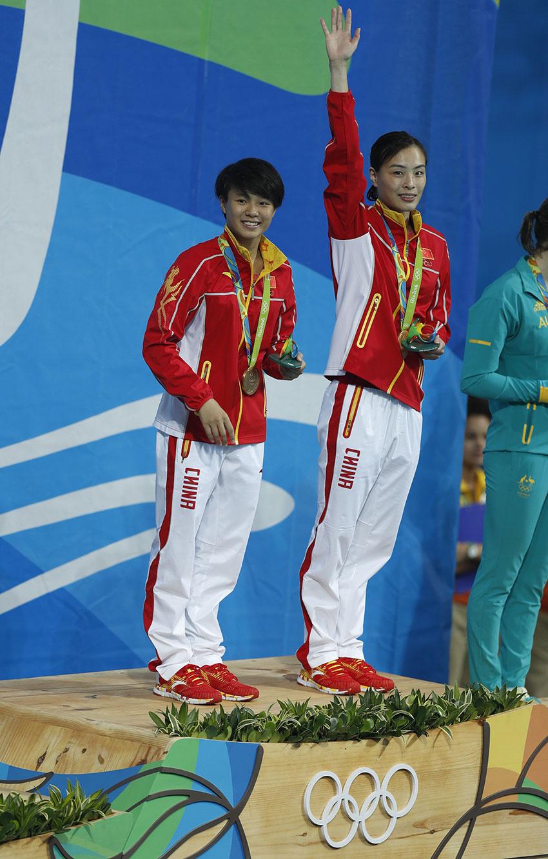吴敏霞(右)和施廷懋在颁奖仪式上。新华社记者费茂华摄