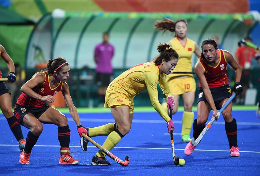 中国队球员梁美玉(中)在比赛中进攻