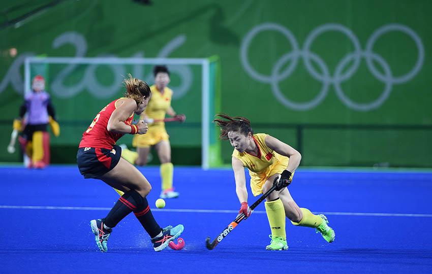 中国队球员彭杨(右)在比赛中进攻