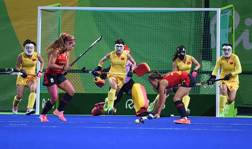 中国队球员出击防守