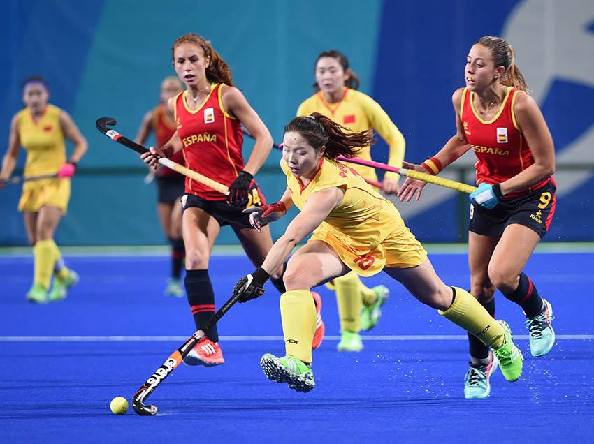 中国队球员彭杨(前)在比赛中进攻