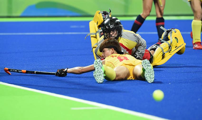 中国队球员于倩(下)在比赛中拼抢