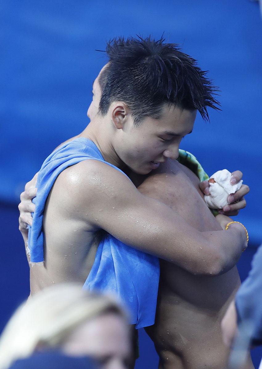 林跃(后)/陈艾森拥抱庆祝胜利。新华社记者费茂华摄
