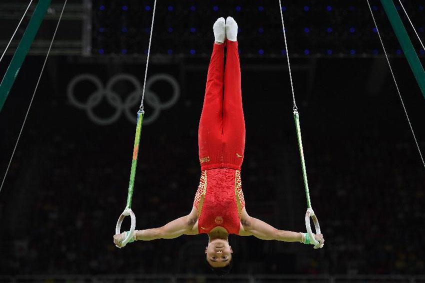 中国队选手刘洋在吊环比赛中
