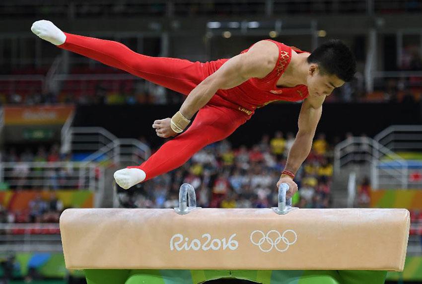 中国队选手林超攀在鞍马比赛中
