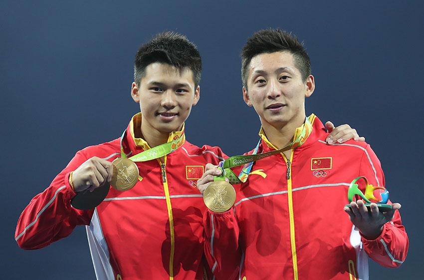 林跃(右)/陈艾森在颁奖仪式后展示金牌。新华社记者曹灿摄