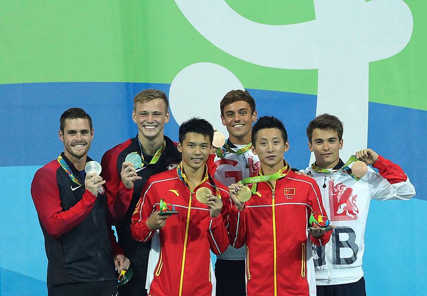 中国组合林跃(前排右)/陈艾森(前排左)、美国组合布迪亚(后排左一)/约翰逊(后排左二)和英国组合戴利(后排右二)/古德费洛在颁奖仪式上合影。新华社记者曹灿摄