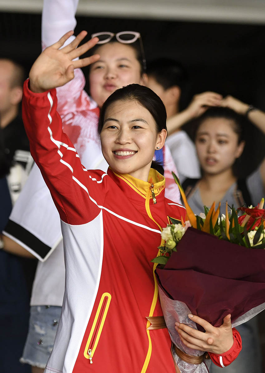 易思玲在北京首都国际机场向人群招手