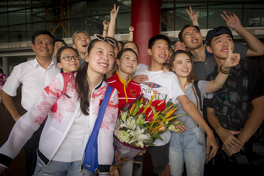 易思玲(中)在北京首都国际机场留影