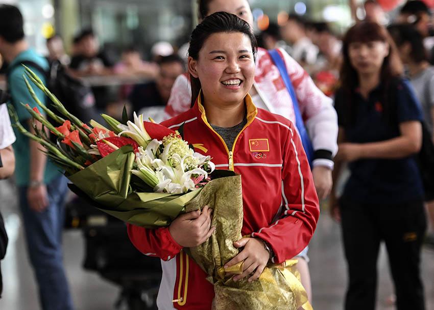 张梦雪在北京首都国际机场手捧鲜花