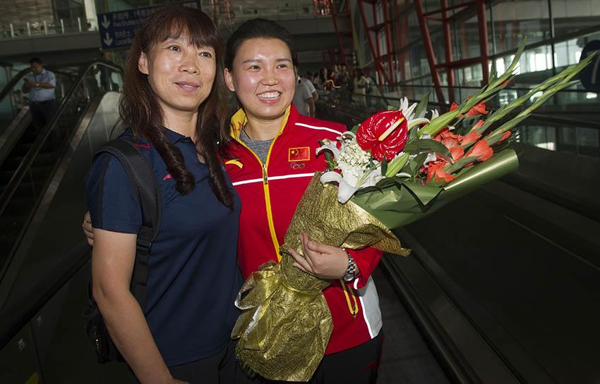 张梦雪(右)在北京首都国际机场留影