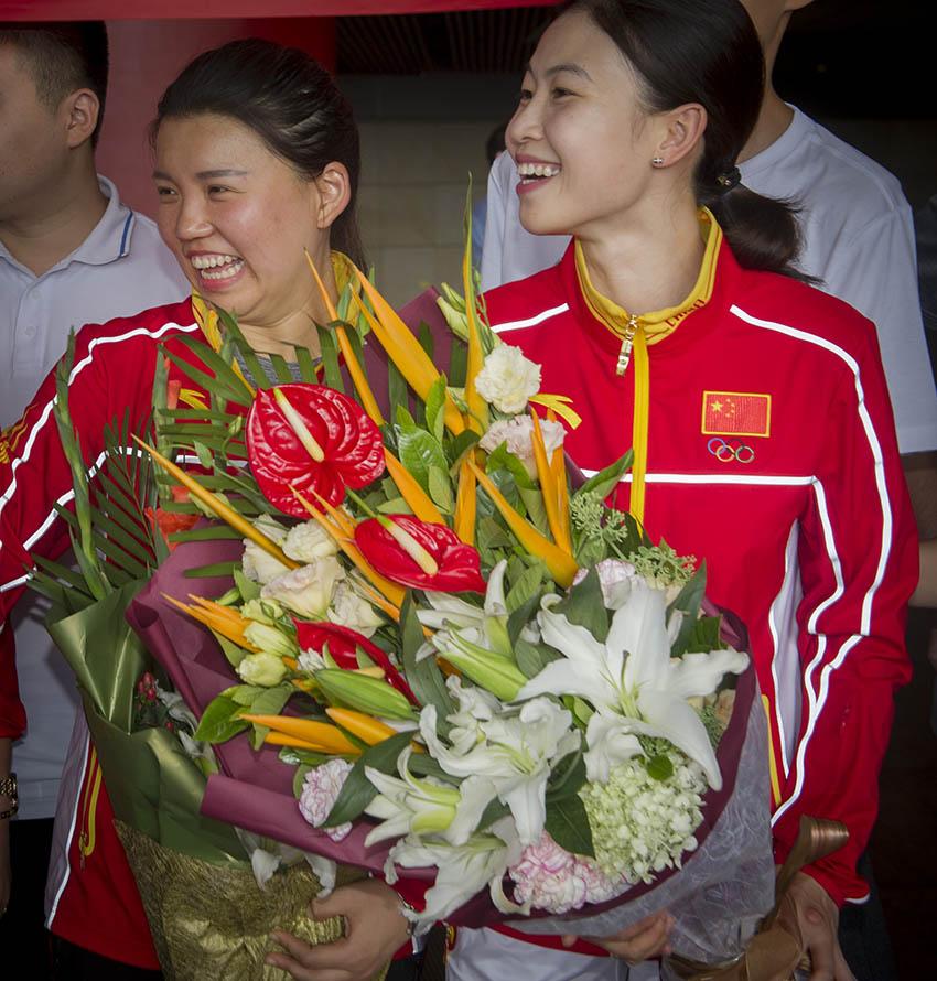 张梦雪(左)与易思玲在北京首都国际机场手捧鲜花