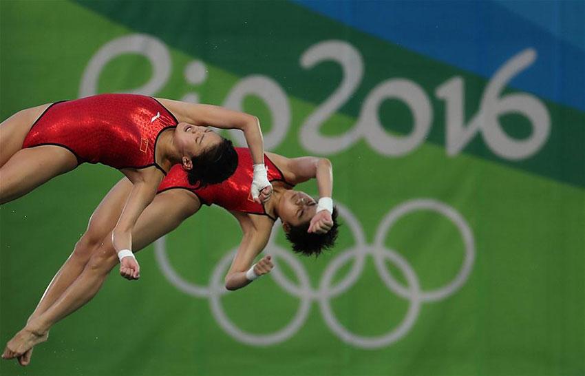 中国选手陈若琳(左)/刘蕙瑕在决赛中。 新华社记者曹灿摄